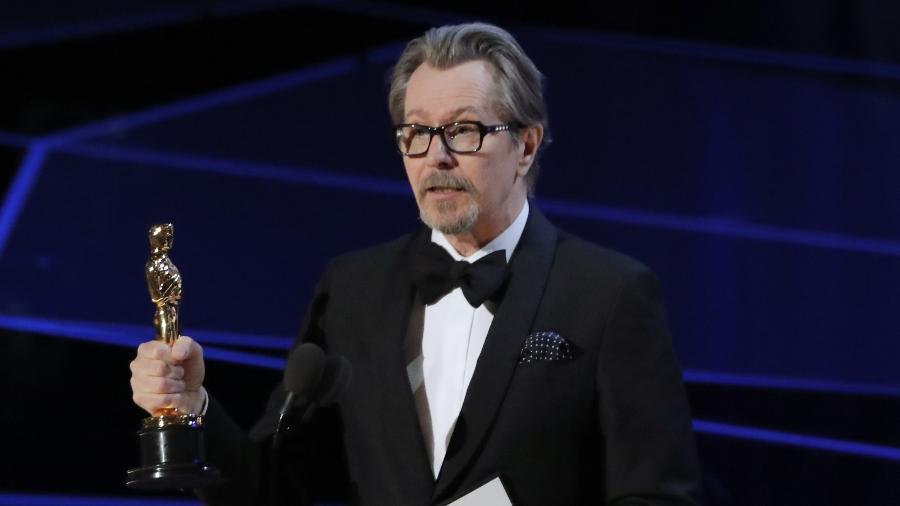"""Gary Oldman mostra o seu Oscar de melhor ator por """"O Destino de uma Nação"""" - REUTERS/Lucas Jackson"""