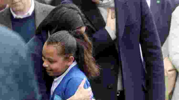 Meghan Markle abraça criança - Getty Images - Getty Images