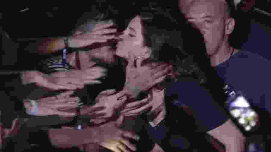 Lana Del Rey dá selinho em fã em show no Lollapalooza Brasil 2018 - Reprodução/Multishow