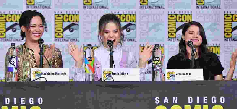 "Madeleine Mantock, Sarah Jeffery e Melonie Diaz durante painel de ""Charmed"" na San Diego Comic-Con 2018 - Mike Coppola/Getty Images"