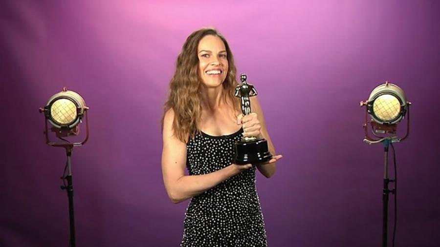 A atriz Hillary Swank faz brincadeira com o Oscar em teste falso para o papel de Batgirl - Reprodução
