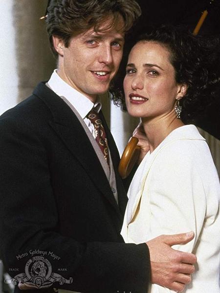 """Hugh Grant e Andie MacDowell, atores do filme """"Quatro Casamentos e um Funeral"""" (1994), que inspira adaptação na TV - Divulgação/ Metro-Goldwyn-Mayer Studios Inc."""