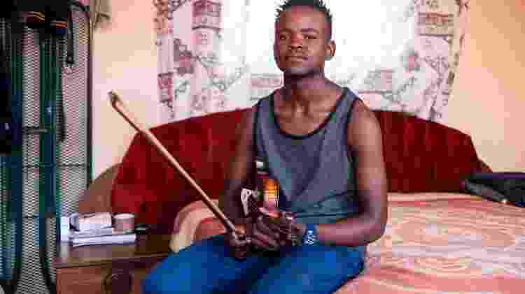 Xolani Zingeni, 16, posa para foto em sua casa em Soweto - Wikus de Wet/AFP