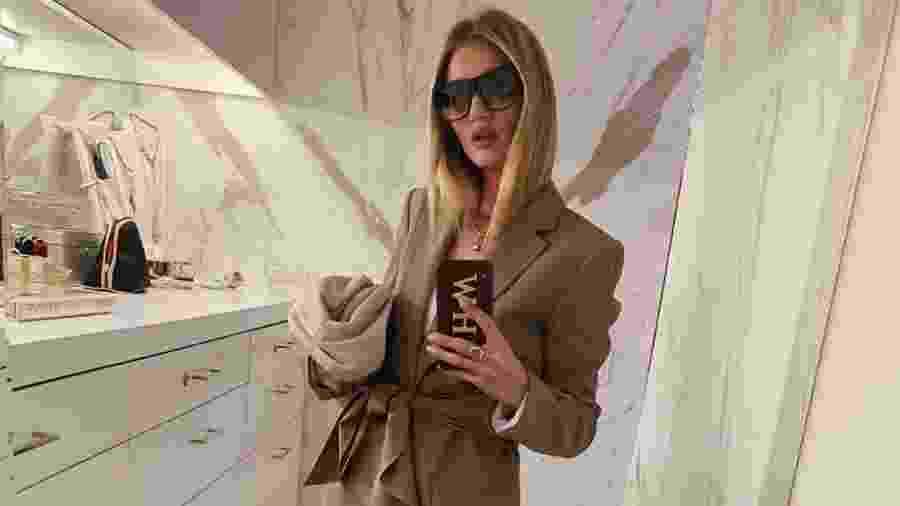 Bolsa clutch Rosie Huntington-Whiteley - Reprodução/Instagram