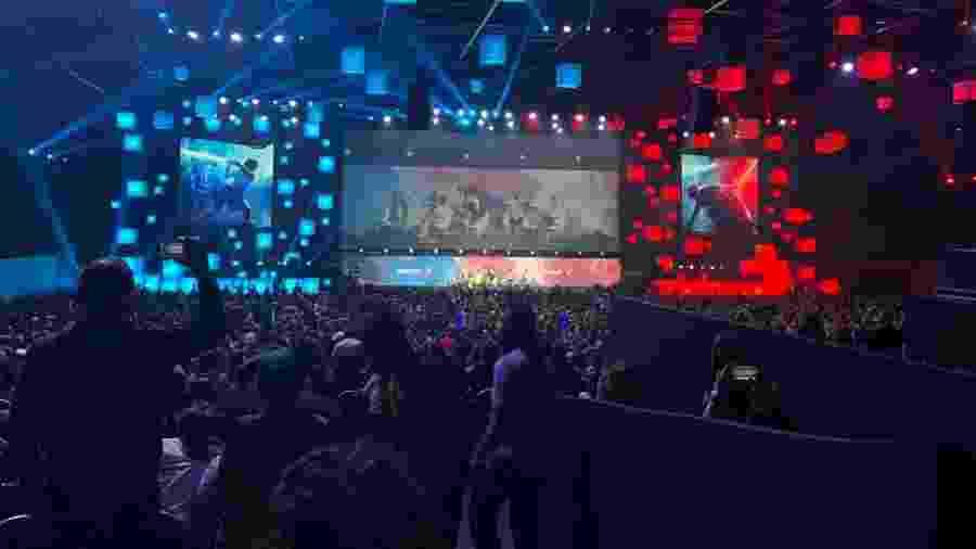 Painel de Star Wars tem auditório dividido por luzes azuis e vermelhas na CCXP - Beatriz Amendola/UOL