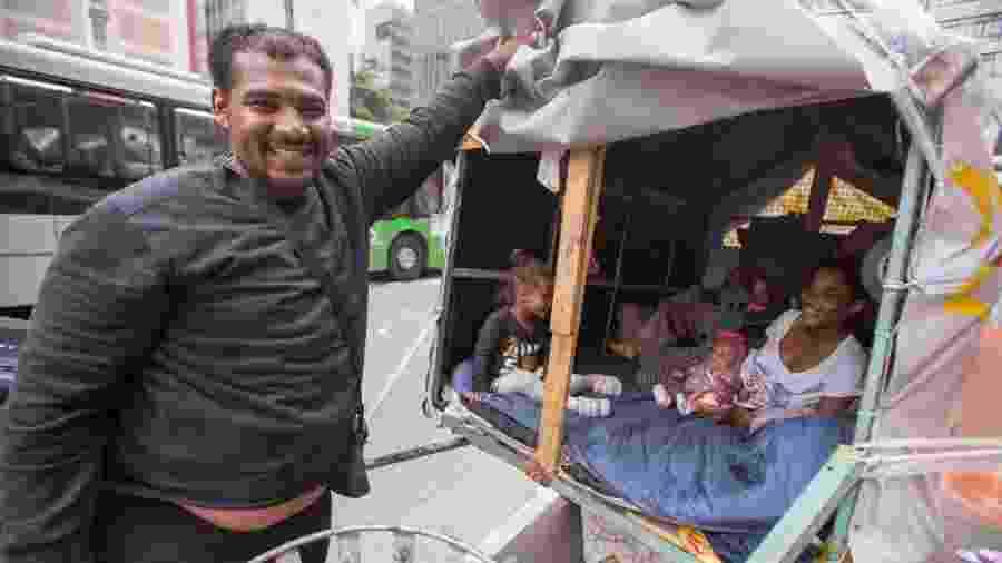 Leandro Conceição vende panos de prato na avenida Paulista - André Lucas/UOL