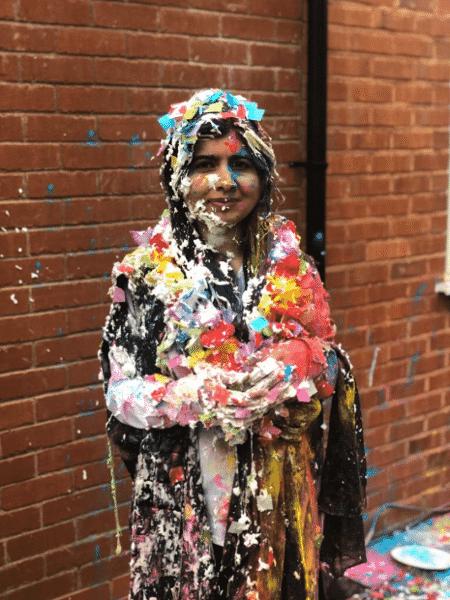 Malala postou foto coberta de papel picado no Twitter para comemorar formatura - Reprodução/Twitter @Malala