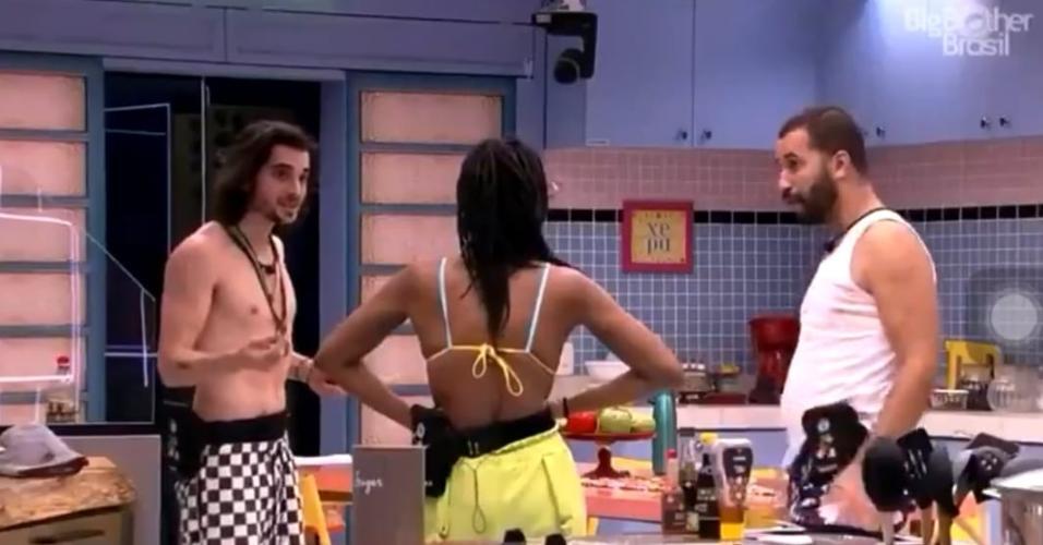 BBB 21: Fiuk conversa com Karol Conká e Gilberto na cozinha
