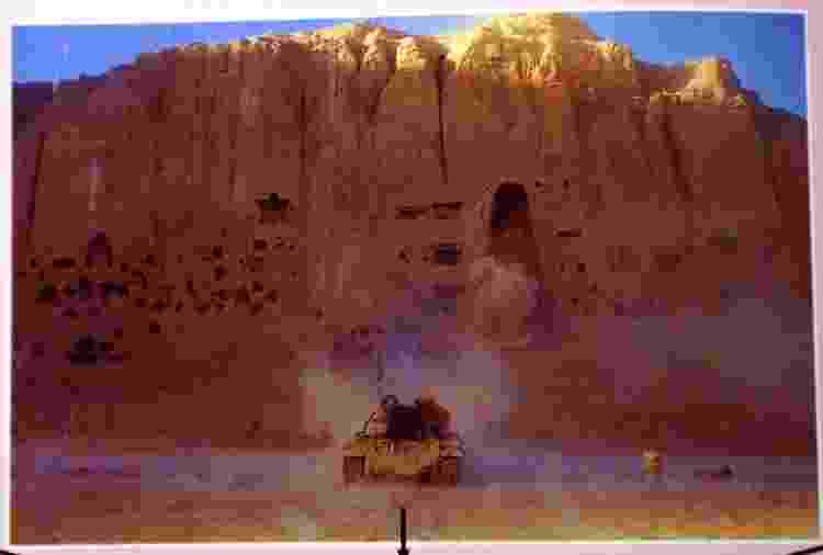 Pôster distribuído pela Taliban, com fotos da destruição das estátuas gigantes de Buda, em 2001 - Rick Loomis/Los Angeles Times via Getty Images - Rick Loomis/Los Angeles Times via Getty Images