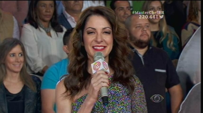 15.set.2015 - Ana Paula Padrão abre o programa ao vivo com o mesmo vestido usado na eliminação de Jiang no dia 8 de setembro