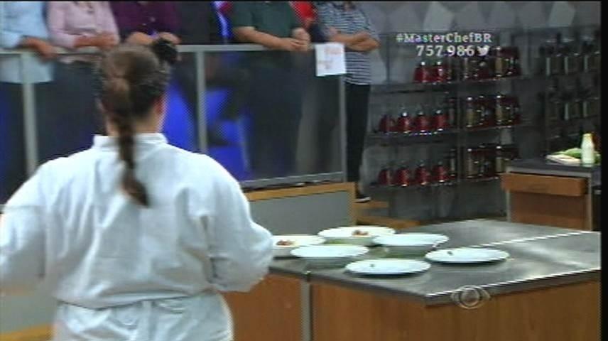 15.set.2015 - Izabel se adianta e começa a montagem dos pratos antes de Raul