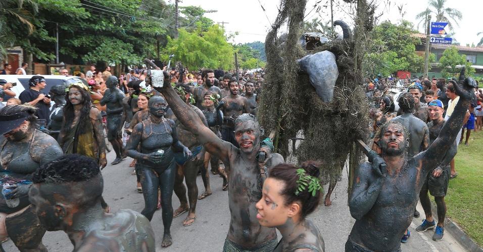 6.fev.2016 - Depois do mangue, o Bloco da Lama desfila pelas ruas de Paraty (RJ) para celebrar o Carnaval