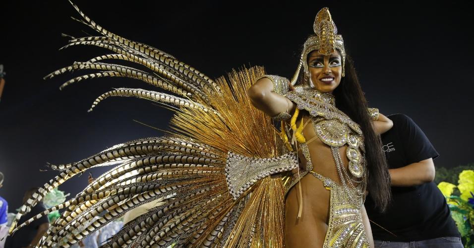 6.fev.2016 - Destaque da Águia de Ouro se prepara para o desfile na primeira noite do Carnaval de São Paulo