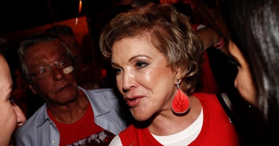 6.fev.2016 - Marta Suplicy assiste à segunda noite de desfiles em São Paulo