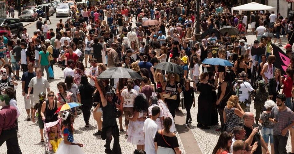 7.fev.2016 - 9ª edição da Zombie Walk de Curitiba ocupa a rua XV de novembro
