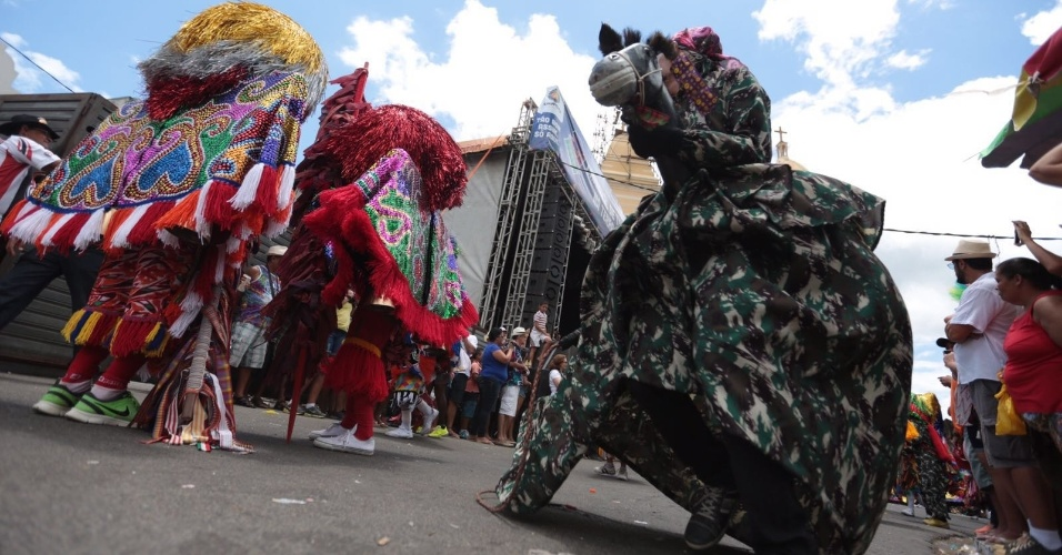8.fev.2016 - Ao todo, 38 grupos de maracatu se aprezentam em Nazaré da Mata (PE) em meio ao Carnaval pernambucano