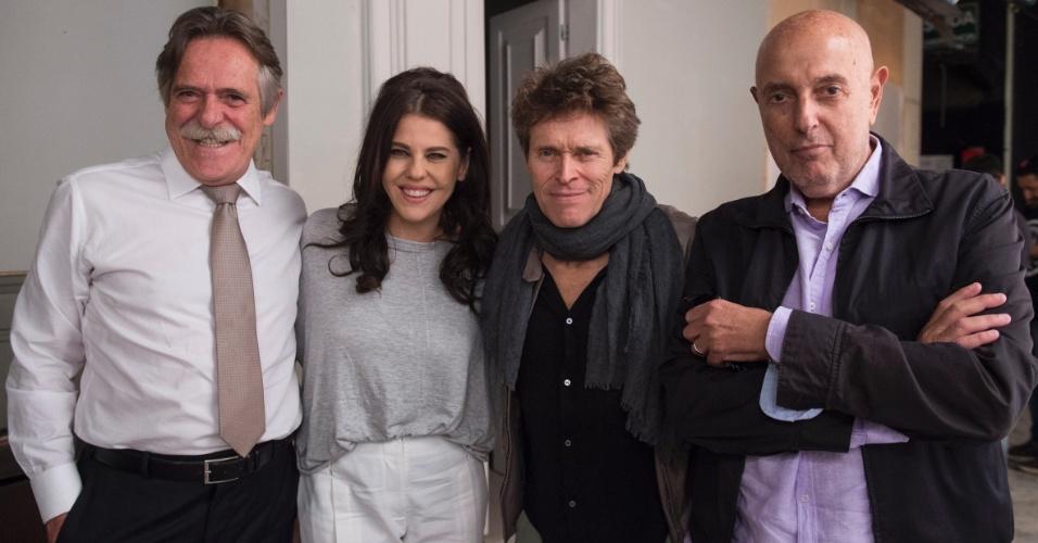 25.fev.2016 - José de Abreu e Bárbara Paz ao lado de Willem Dafoe e do cineasta Hector Babenco, diretor de