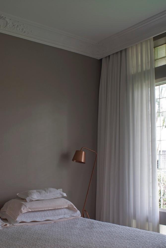 Já o dormitório do casal tem luminária com pintura cobreada (Luz Oculta), e roupa de cama Casa Almeida. A reforma do Apartamento Higienópolis, bem como seu projeto de interiores, são assinados pela D2N