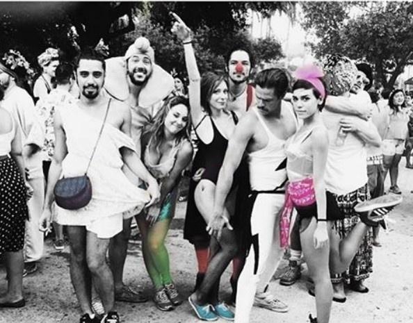 Gabriel e Carla pularam o Carnaval juntos e com Alejandro Claveaux, que praticamente foi o cupido do casal