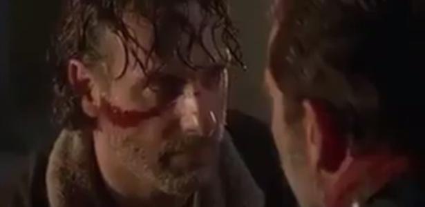 """Rick confronta Negan em cena do episódio de estreia da sétima temporada de """"The Walking Dead""""  - Reprodução/AMC"""