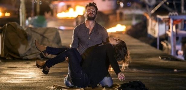 Mario (Bruno Gagliasso) salva Alice (Giovanna Antonelli) após explosão - Reprodução/GShow