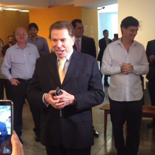 No dia de seu aniversário de 86 anos, Silvio Santos fala com fãs após visitar exposição sobre sua vida no MIS, em São Paulo