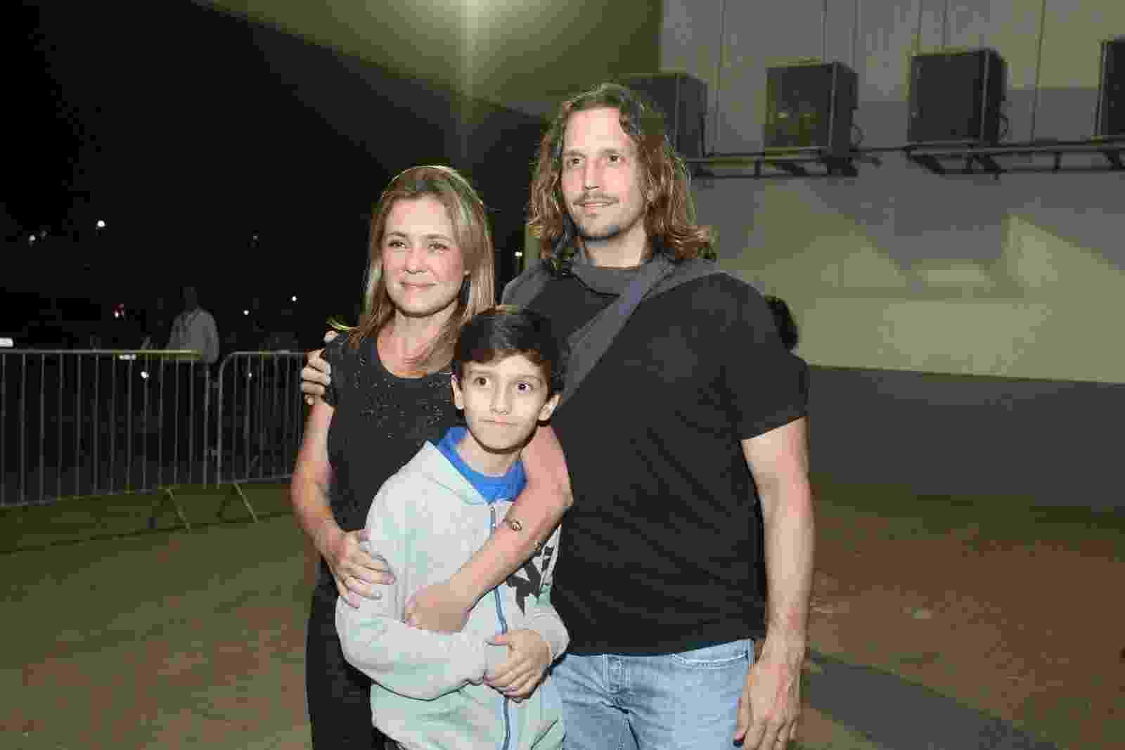 Adriana Esteves e Vladimir Brichta levam o filho Vicente ao show de Ed Sheeran no Rio de Janeiro - Marcello Sá Barretto/AgNews