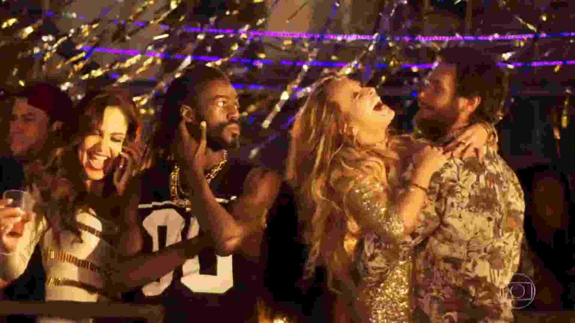 """Carine vê mulher """"flertando"""" para cima de Rubinho e a expulsa de camarote em baile funk, em """"A Força do Querer"""" - Reprodução/TV Globo"""
