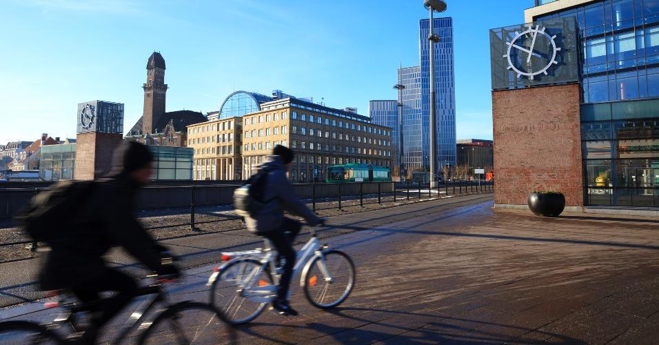 Ciclistas em Malmö, na Suécia