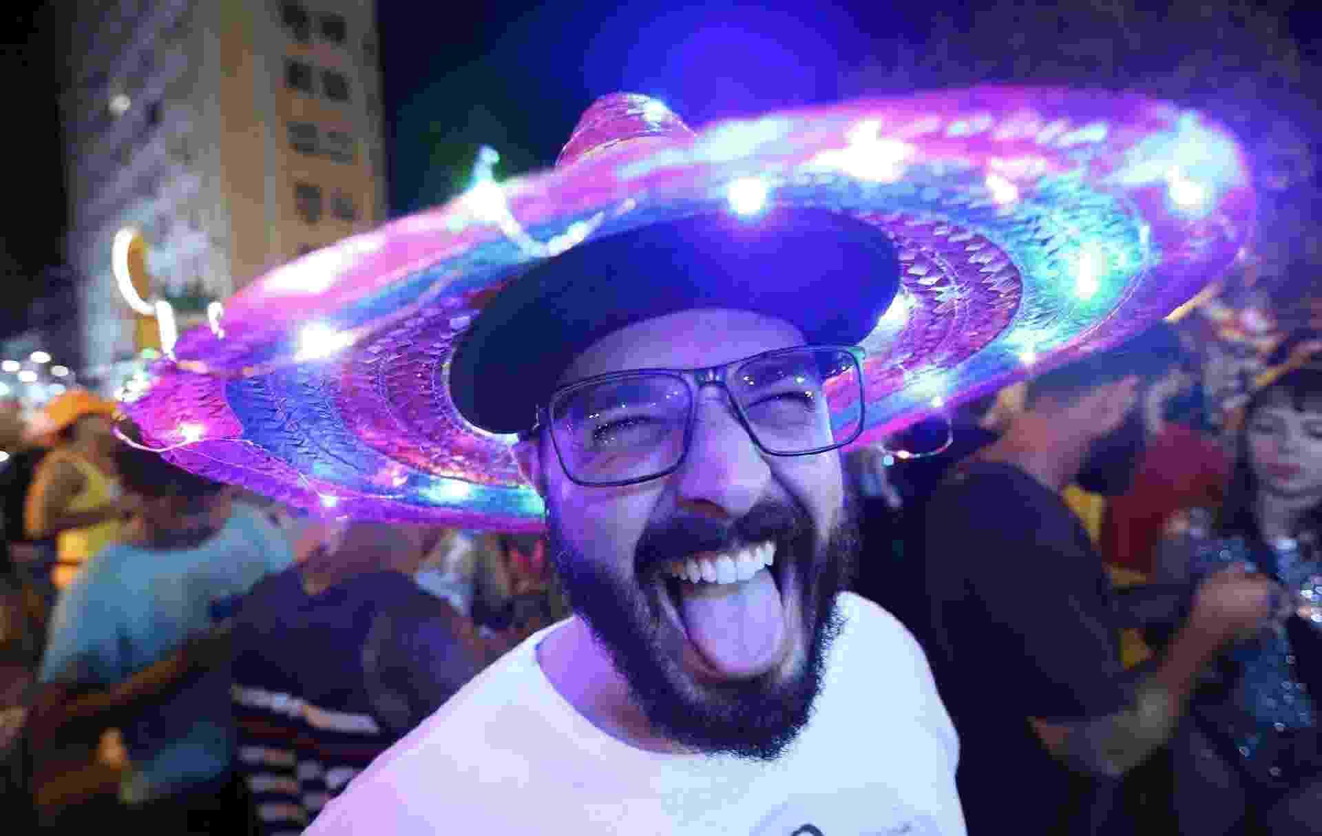 Foliões iluminam as ruas do Rio de Janeiro no bloco Minha Luz É de Led - Marco Antonio Teixeira/ UOL