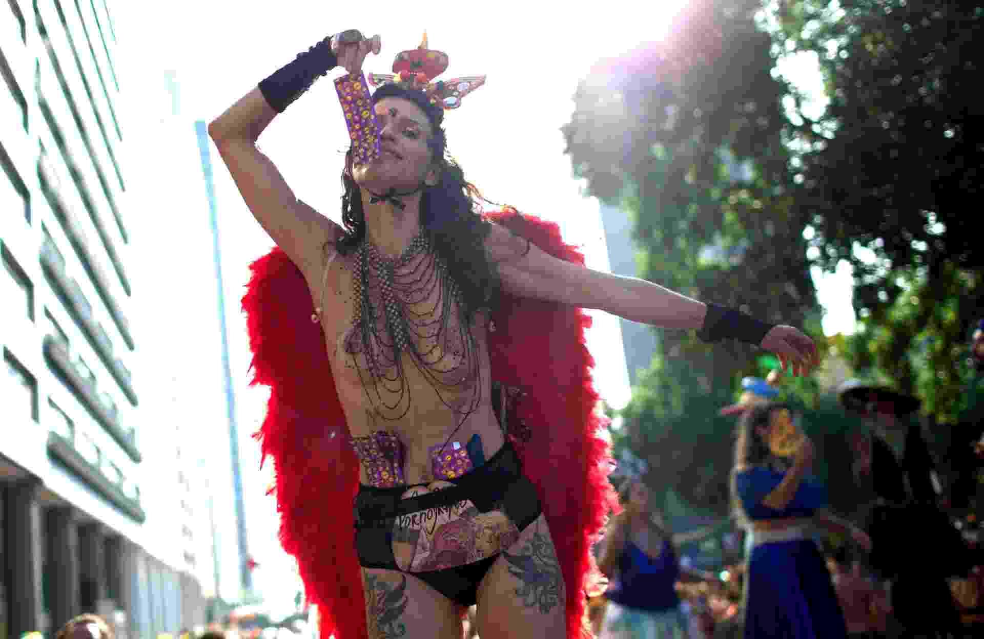 Foliã caprichou no look para sair junto ao Boi Tolo, nas ruas do Rio - Eduardo Anizelli/Folhapress