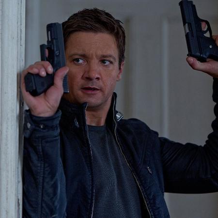 """Jeremy Renner em cena de """"O Legado Bourne"""" (2012) - Divulgação"""