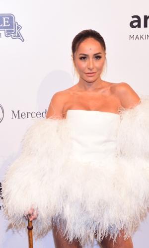 Sempre irreverente em seus modelitos, Sabrina Sato investiu em um modelo branco com plumas