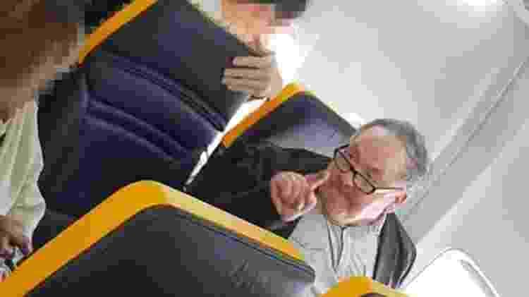 Insultos de passageiro contra idosa negra foram registrados em vídeo por outras pessoas a bordo da aeronave - FACEBOOK/DAVID LAWRENCE - FACEBOOK/DAVID LAWRENCE