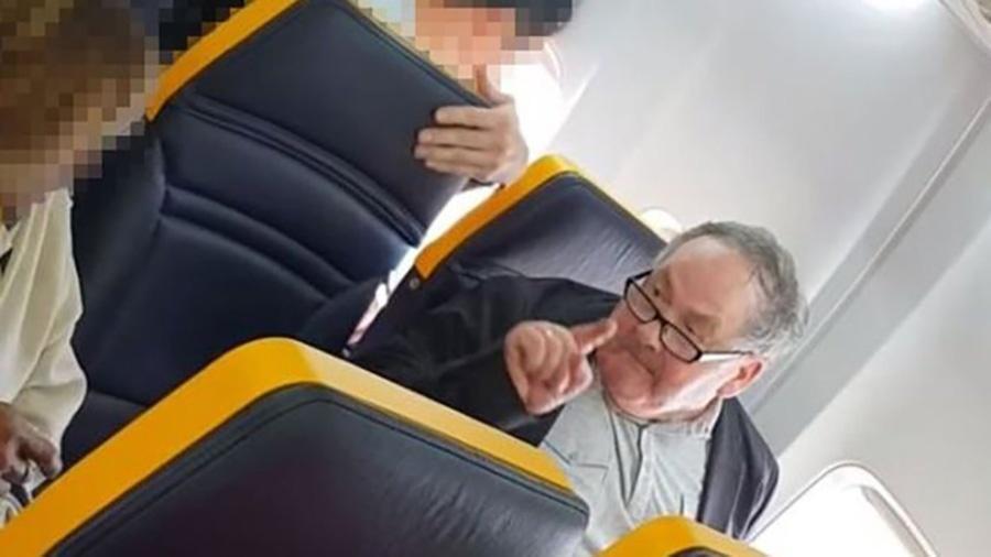 Insultos de passageiro contra idosa negra foram registrados em vídeo por outras pessoas a bordo da aeronave - FACEBOOK/DAVID LAWRENCE