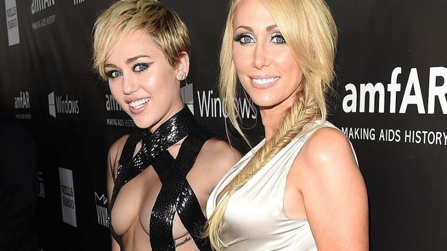 """Miley e a mãe Thrish; cantora disse ao """"The Sun"""" que voltou a fumar maconha devido ao vício de fumar da mãe - Reprodução"""