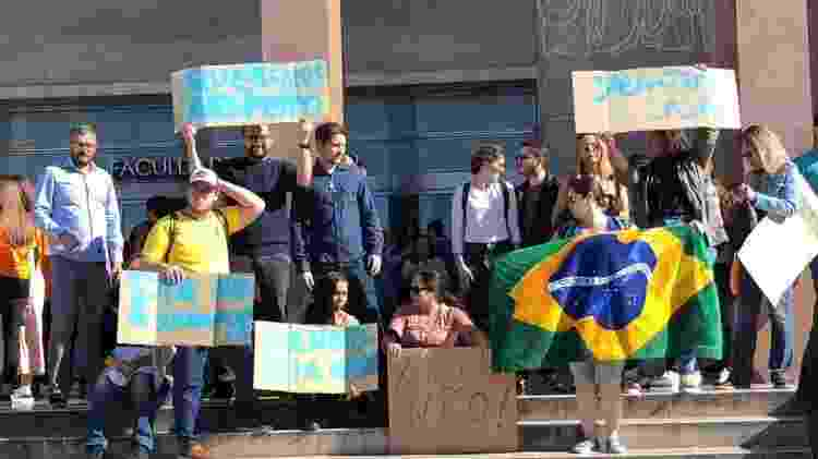 Estudantes brasileiros reunidos nesta segunda-feira (29) para protesto na Universidade de Lisboa - Arquivo Pessoal