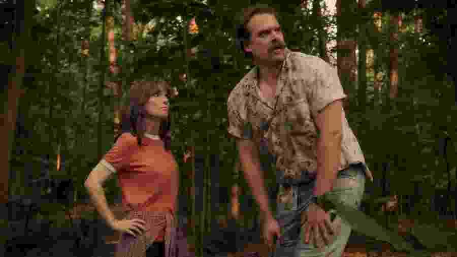 Joyce (Winona Ryder) e Jim Hopper (David Harbour) em cena da terceira temporada de Stranger Things - Divulgação