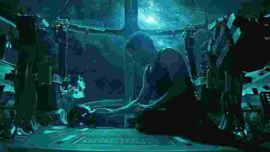 Tony Stark (Robert Downey Jr.) mexe no capacete do Homem de Ferro em Vingadores: Ultimato - Divulgação