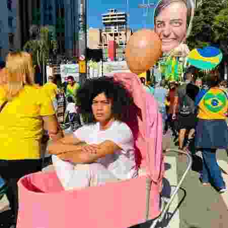 """Ana durante a perfomance """"A Babá Quer Passear"""", em manifestação pró-Bolsonaro em meio de 2019 - Reprodução/Instagram"""