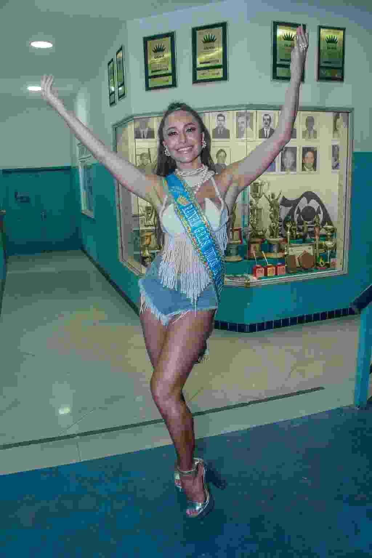 Sabrina Sato aparece na frente dos troféus da Unidos de Vila Isabel - MARCOS FERREIRA BRAZIL NEWS