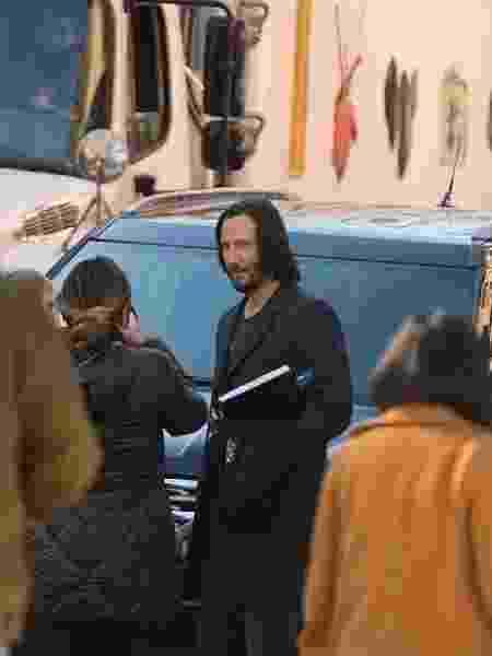 Keanu Reeves no set de Matrix 4 - Reprodução/Twitter