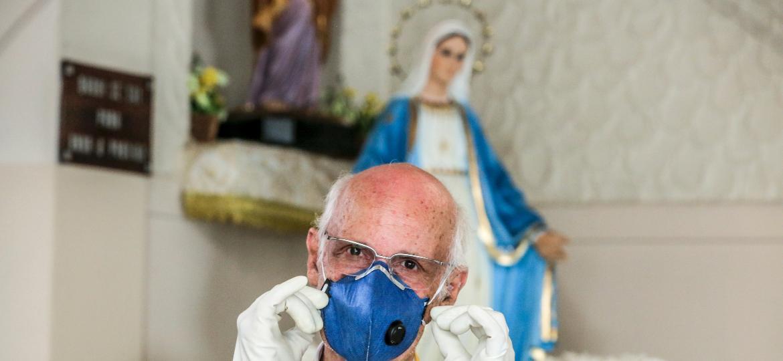 Retrato do padre Júlio Lancellotti durante distribuição de alimentos na Paróquia Sao Miguel Arcanjo, no bairro da Móoca - Ricardo Matsukawa/UOL