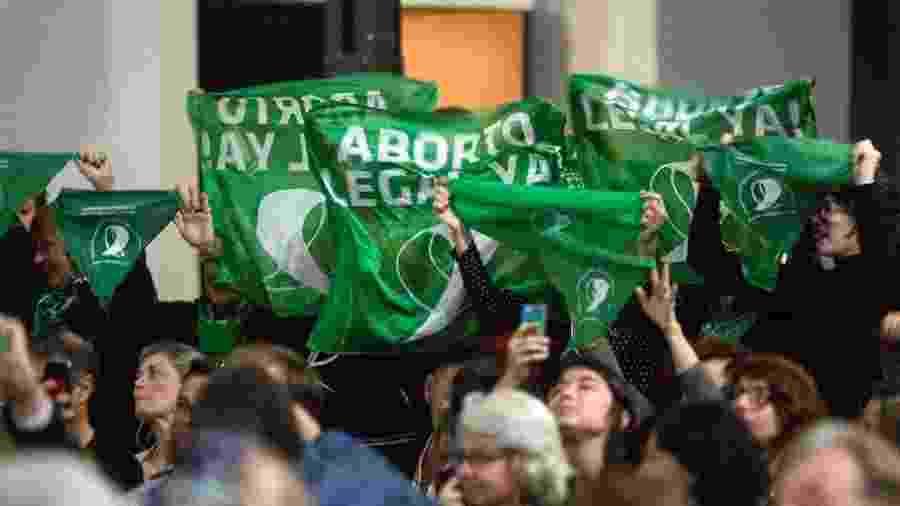 Manifestantes seguram lenços verdes a favor do direito ao aborto durante discurso de Rita Segato, em Buenos Aires - Ricardo Ceppi/Getty Images