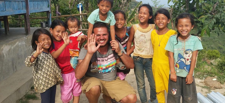 Danniel posa com crianças no Nepal, para onde viajou e ajudou na reconstrução após um forte terremoto - Arquivo pessoal
