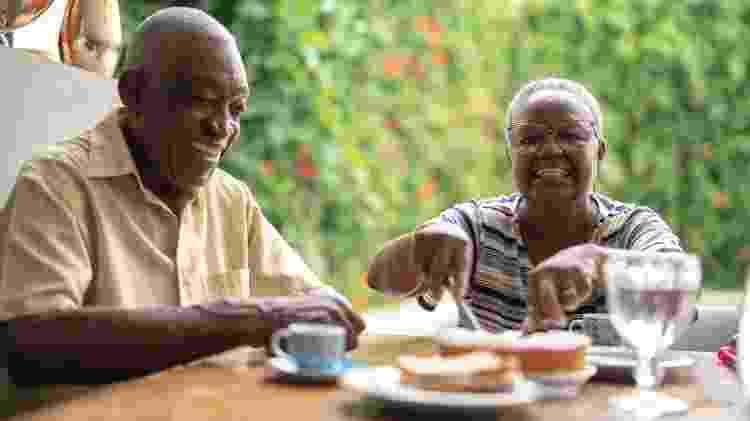 Casal de idosos em mesa, velho e velha, idoso, idosa, casal refeição, comida - iStock - iStock