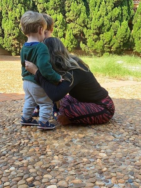 Ingrid Guimarães abraça Romeu e Gael - Reprodução/Instagram @ingridguimaraesoficial
