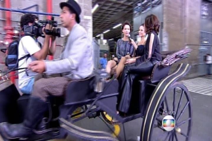 Fátima Bernardes anda de charrete com Paolla Oliveira e Júlia Lemertz pelo Projac