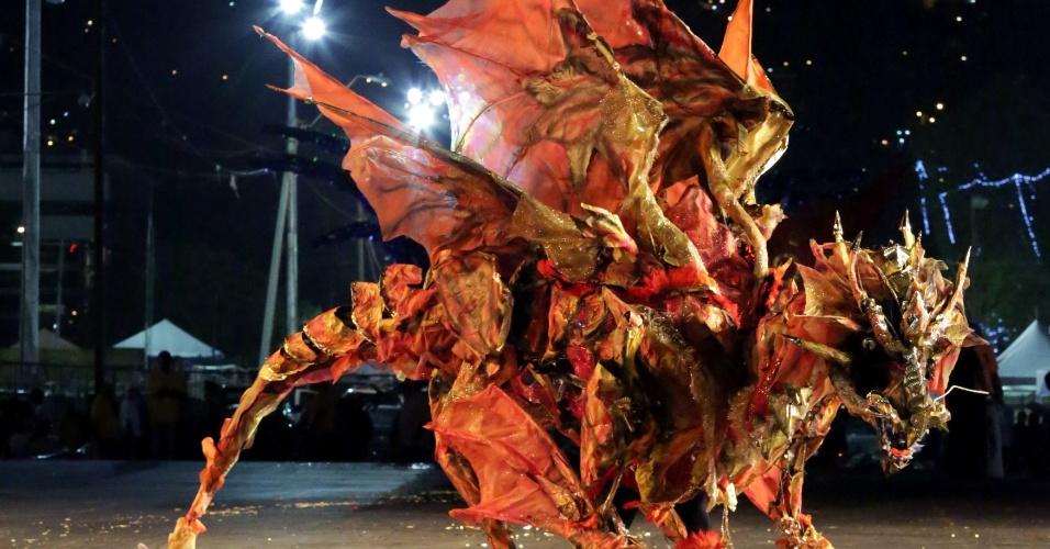 """Keston Benthum apresenta o dragão """"Elfurdrakos"""", em Trindade e Tobago"""