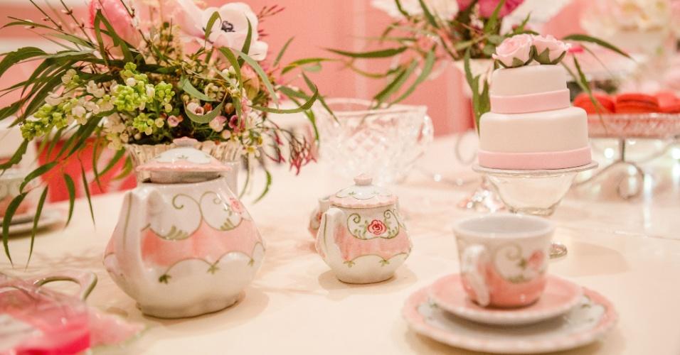 Para compor a decoração do chá da tarde, Juliana Bajon usou porcelanas e muitos cristais sofisticados, da Ella Arts (www.ellaarts.com.br)